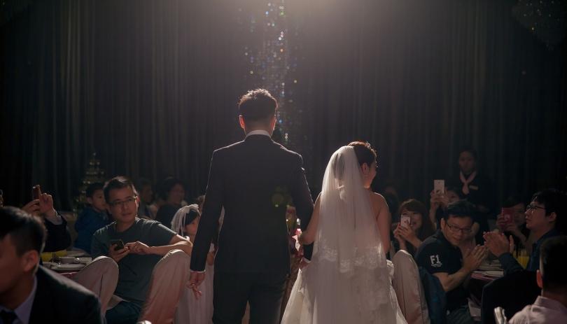 《台北婚攝》一起牽手走向幸福光芒中 / 民生晶宴