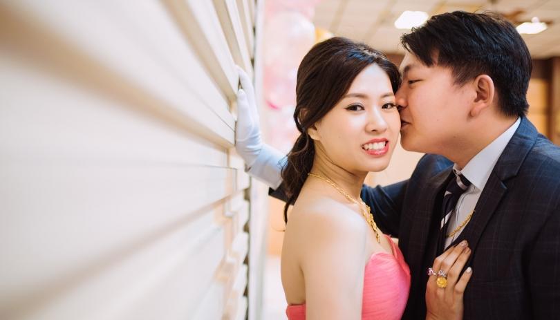 《台中婚攝》偷親一下,我美麗的新娘子 / 成都雅宴時尚會館