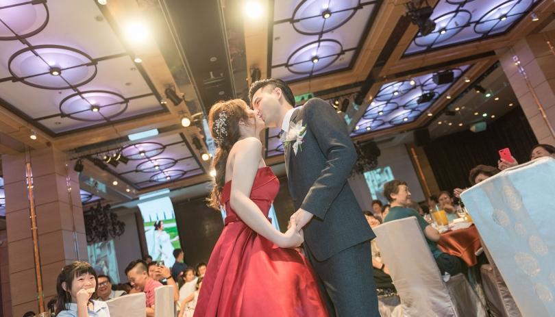 《台北婚攝》幸福的深吻 / 美福大飯店